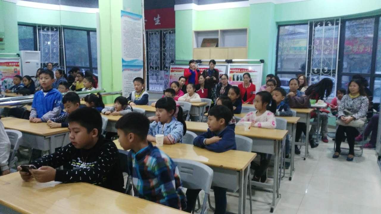 课堂上形象,活泼授课风格,可爱的孩子们跟随者老师一起做实验,一起